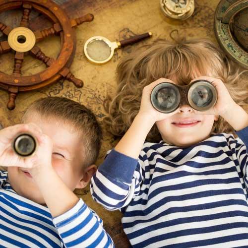 Zwei Kinder mit Fernglas im Matrosenkostüm